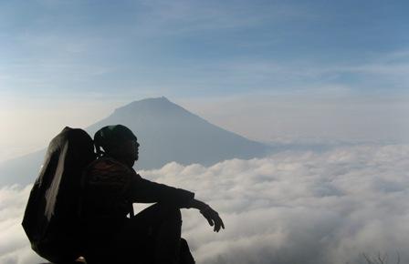 Peluang Mendaki Untung dari Hobi Mendaki Gunung