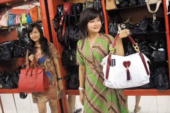 Produk China Mulai Menghancurkan Pengrajin Tas Sidoarjo